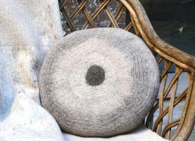 Coussins - Coussin M&F rond en feutre de laine fait-main - GHISLAINE GARCIN