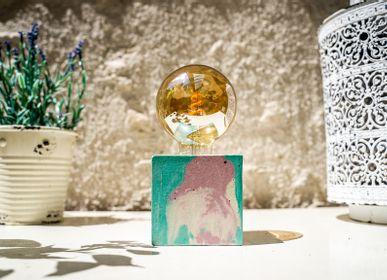 Lampes à poser - Lampe à poser | Lampe Béton | Cube | Marbré rose pastel et bleu turquoise - JUNNY