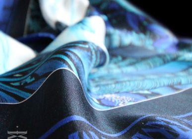 Cadeaux - Foulard / carré - LA COUR 90 - imprimé 100 % twill de soie - 90 x 90 cm - roulotté à la française - MAISON FÉTICHE