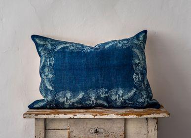 Couettes, oreillers - Oreiller: chanvre hongrois antique tissé à la main, teint indigo résistant à la cire - LINEAGE BOTANICA - THE ART OF WELLBEING