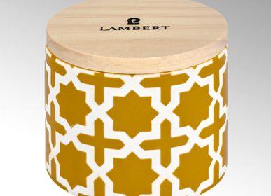 Bougies - Bougie Ebba parfum 'Bamboo Herbe' dans un récipient moutarde avec couvercle en bois - LAMBERT