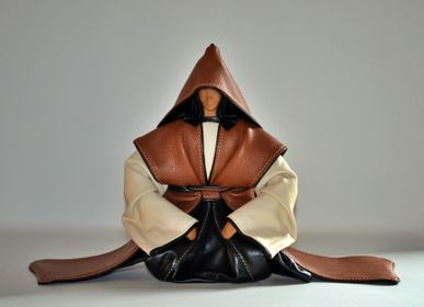 Sculptures, statuettes and miniatures - Leather Sculpture, Seated Samurai - ANNIE DELEMARLE