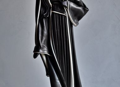 Unique pieces - Leather sculpture, woman with black and white dress - ANNIE DELEMARLE