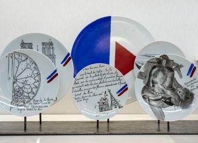 Pièces uniques - Installation sur socle d'assiettes illustrées ND DE PARIS - VERONIQUE JOLY-CORBIN