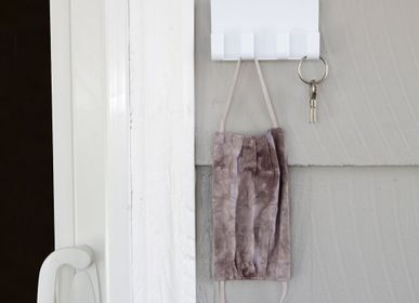Cadeaux - Essentials Rack Wall Holder with Hooks - White or Grey - KIKKERLAND