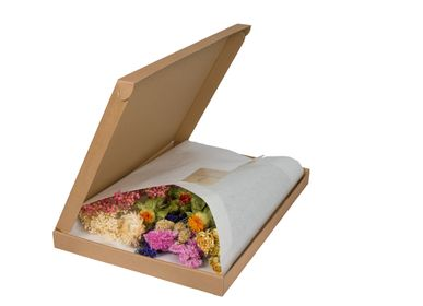 Gifts - Multicoloured dried flowers in a box with the letres for E-commerce - PLANTOPHILE