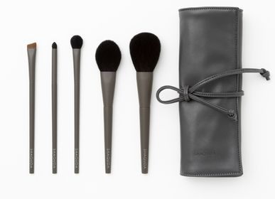 Cadeaux - OWN 5 Brushes & Makeup Brush case - SHAQUDA