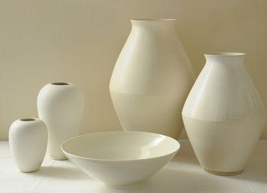 Objets de décoration - Groupe de vases  blancs en grès et coupe en porcelaine - CHRISTIANE PERROCHON