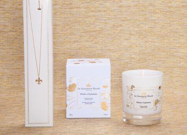 Bougies - Bougie parfumée Pétales d'églantine avec un collier - LA SAVONNERIE ROYALE