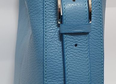 Petite maroquinerie - Sac en cuir bleu lune avec bandoulière et finition rhodiée - L'OFFICIEL SRL