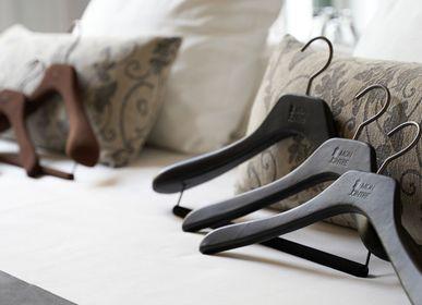 Homeweartextile - Cintres gainé de cuir, simili cuir, Alcantara ou microfibre avec coutures sur les épaules - MON CINTRE