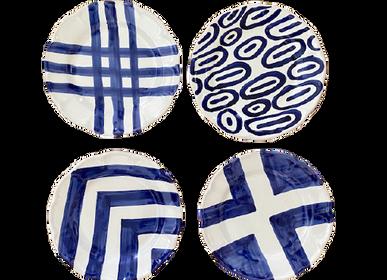 Meubles de cuisines - Série composée de quatre assiettes plates de 26 cm de diamètre en céramique peinte à la main avec décorations géométriques - CERASELLA CERAMICHE