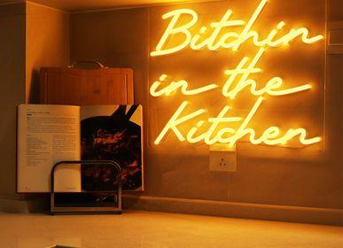 Objets de décoration - ENSEIGNE MURALE «BITCHIN IN THE KITCHEN» À LED NÉON ORANGE - LOCOMOCEAN