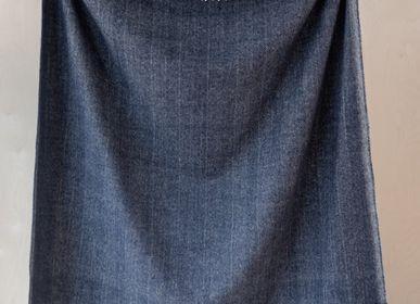 Plaids - Couverture en laine recyclée en chevrons bleu marine - THE TARTAN BLANKET CO.
