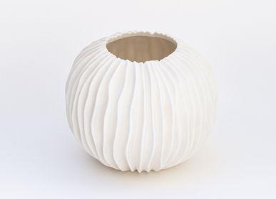 Objets design - Vase rond KORALL en biscuit de porcelaine H=13,5cm, D=11,5cm - YLVAYA DESIGN
