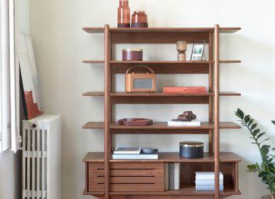 Bibliothèques - Étagère Carolin en bois plaqué de noyer 130 x 169 cm - KAVE HOME