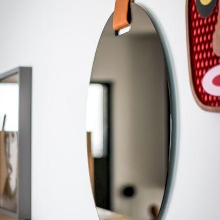 Objets design - OEILLET miroir bronze et cuir Cognac - GLASSVARIATIONS