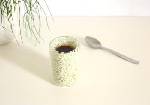 STEVEN AKOUN - Tasse à café en mousse de verre