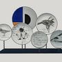 Pièces uniques - Installation sur socle d'assiettes illustrées PLUME - VERONIQUE JOLY-CORBIN
