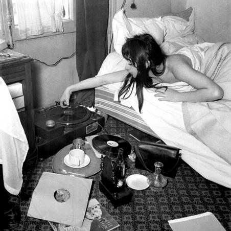 BIENVENUE DESIGN - HOTEL LA LOUISIANE - Juliette Gréco at Hôtel La Louisiane, 1950